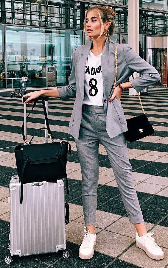 Athleisure  como inserir peças esportivas em seu look. Terno femininino,  blazer cinza, t-shirt branca estampada, calça de alfaiataria cinza, tênis  branco b93803241ec