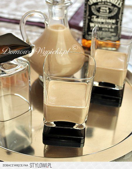 Baileys: 1 łyżeczka kawy rozpuszczalnej 2 łyżeczki kakao ¾ szklanki słodkiej śmietanki 30- 36% ¾ szklanki mleka 400g mleka skondensowanego  1 łyżka miodu 1 szklanka whisky 1 łyżeczka ekstraktu z wanilii  W filiżance wymieszać kawę i kakao z paroma łyżkami śmietany. Dodać do reszty śmietany, mleka, mleka skondensowanego, miodu, whisky i ekstraktu. Całość zmiksować blenderem przez ok. 30 sekund. Likier przechowywać w szczelnie zamkniętej butelce, w lodówce nawet do 2 miesięcy.