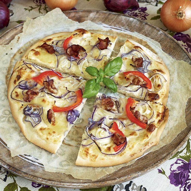 Bjud på hemgjorda små pizzabitar som förrätt eller på buffén. Den här tunna pizzan med fyllning av ricottaost, mozzarella, lök, bacon och skivad paprika skär du enkelt upp i portionsbitar precis innan servering.