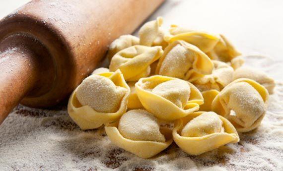 I tortellini sono una dei piatti più amati tanto dagli italiani quanto dagli stranieri. Un piatto regionale dal sapore delicato e che diventa una delle portate principali per molti pranzi domenicali e di Natale. Basta avere infatti qualche minuto in più da dedicare ai fornelli, e potrete realizzare i tortellini in casa! Il sapore vi  … Continued