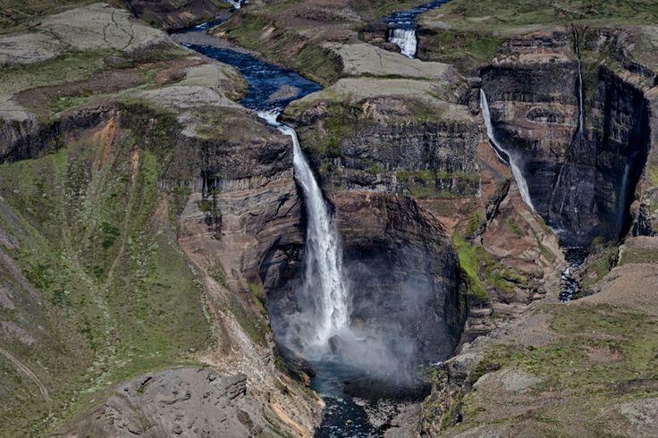 Háifoss:DerHáifoss, nur noch der drittgrößteWasserfallIslands (nachdem 2011 der Mosárjökull als höchster Wasserfall mit 227,3 Metern Fallhöhe vermessen wurde) und direkt daneben der Granni, aus der Ferne. Hier stürzt ein Nebenfluss derÞjórsáüber 122 Meter in die Tiefe. Erreichen kann man denHáifossam besten (auch per PKW) über die#332, die von der#32abzweigt.