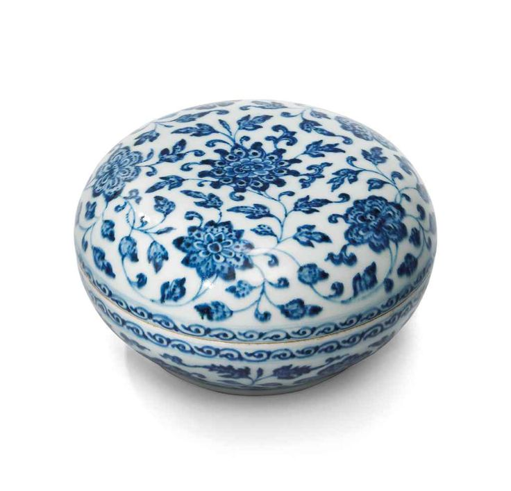 A RARE MING-STYLE BLUE AND WHITE BOX AND COVER, QING DYNASTY, 18TH CENTURY