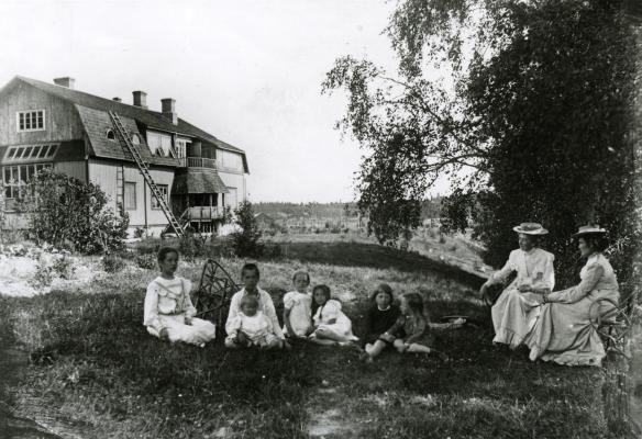 Aino Sibelius ja Saimi Järnefelt lapsineen Suvirannan pihallaKuva Järnefeltin suvun perhealbumista