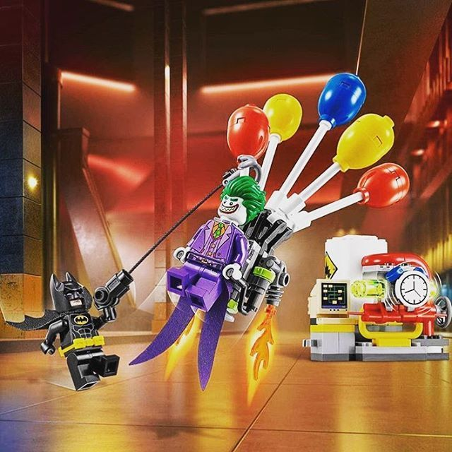 Another image has surfaced of an upcoming set from the Lego Batman Movie. Here is the all-new Lego 70900 The Joker Balloon Escape! This set will be available in January with a retail price of $14.99 USD. Who else is excited for this movie?! #Lego #LegoBatman #Batman #LegoBatmanMovie #New #BatmanMovie #Joker #TheJoker #BrickShowNews #BrickShowTV