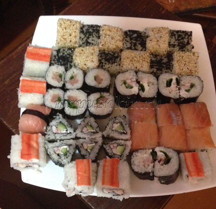 Суши (суси) – это блюдо из риса и различных видов морепродуктов. В России принято говорить «суши», а в Японии произносят «суси». Суши считается традиционным японским блюдом, хотя впервые стали использовать рис для консервации рыбы в Китае и Таиланде. Для консервации рыбу, рис и соль смешивали и ставили под пресс. Через пару месяцев клейкий рис выбрасывали, а маринованную рыбку оставляли. Только в середине XVII века рис перестали выбрасывать и стали применять как начинку.