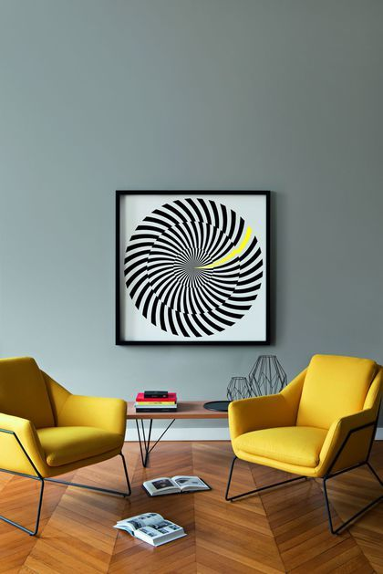 La peinture grise accroche la lumière dans le salon