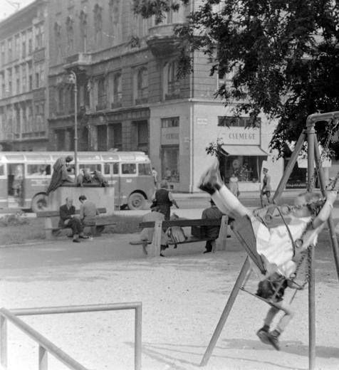 1958. Az Erzsébet tér déli vége. Szemben az Illés Béla által kitalált Guszev kapitányról elnevezett utca.