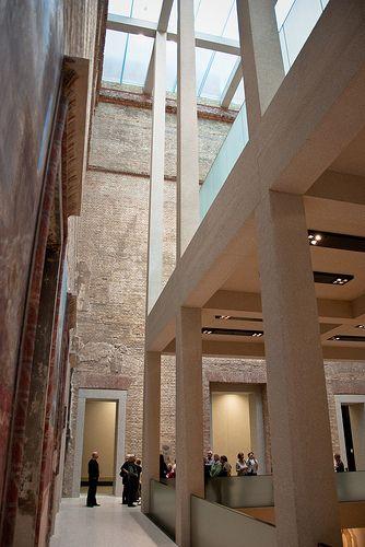 Neues Museum / David Chipperfield Architects in collaboration with Julian Harrap - El Neues Museum está situado al norte del Altes Museum, en la Isla de los Museos de Berlín. Fue construido entre 1843 y 1855 según los planos de Friedrich August Stüler, un discípulo de Karl Friedrich Schinkel.