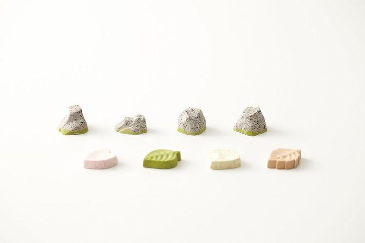 日本の庭園様式「枯山水」と和菓子の融合。アートディレクター齊藤智法さんと澤田翔平さん、和菓子職人の稲葉基大さんによる和菓子「心安寺石庭」。