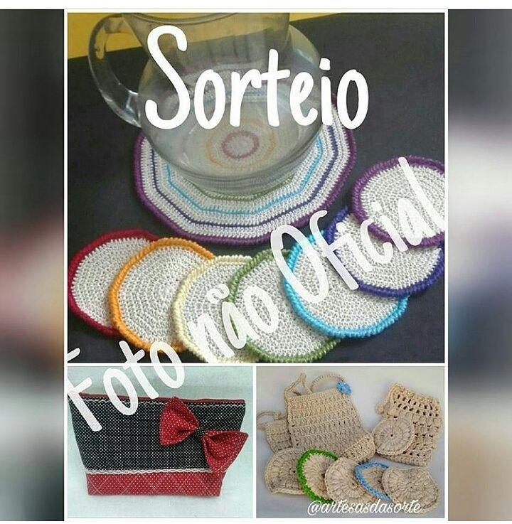 Tá chegando o dia do #sorteio dessas fofuras! Passa lá no perfil @artesasdasorte  vá na foto oficial e siga as instruções para #concorrer.  Tem um jogo lindo de #portacopos da @amigurunick  uma #necessaire da @svartesemimos  e um kit banho e #spa desta crocheteira aqui. . . #ganhar #croche #crochet #bolsa #decoracao #decor #bolsinha #euquero