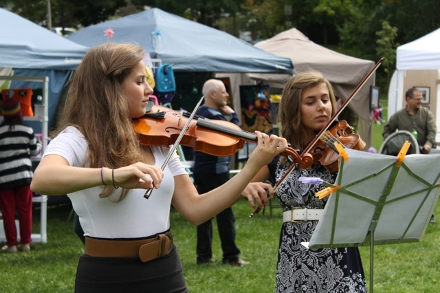 Violinists providing live entertainment to arts fair patrons in East Lynn Park. Photo by Peter Schmiedchen