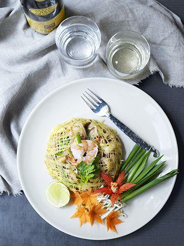 Stekte nudler thaistyle  Pad Thai Kung oppskrift 3-4 ss olje 1 ss  rødløk, finhakket ½ ss hvitløk, finhakket 16-20 rensede scampi 400 g risnudler ca. 5 mm (i tørr tilstand) 4 ss tofu (fast), i små terninger ½ ss syltede neper, finhakket 25 g kinesisk purre (ev. vårløk), skåret i biter à 3 cm 25 g ferske bønnespirer 1 ss tørket chilipulver 1 ss sukker 2 ss fiskesaus 2 ss tamarindsaus (ev. riseddik) 3 ss peanøtter, hakket Legg risnudlene i lunkent vann til bløtgjøring i ca. 5…