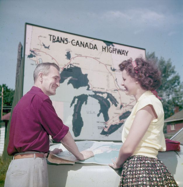 A 1950s couple stop to consult a map while on a Canadian road trip. #vintage #Canada #history #1950s #travel