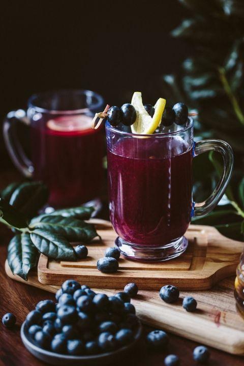 Мед Подслащенное Blueberry Горячий Пунш: Это простое в изготовлении голубики горячего пунша является лучшим способом, чтобы согреться в эти холодные зимние дни.