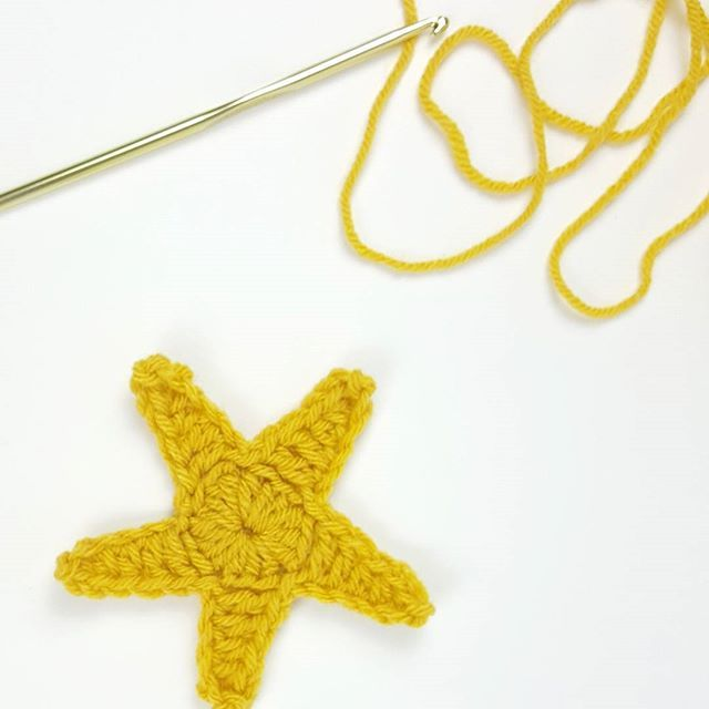 A new star pattern is in the works.. Any guesses of what it will go on? Also I'm still plugging away on the knitted baby blanket and hoping to finish a block of color during the @steelers game tonight! 🌟