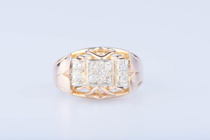 18 kt rose gouden ring 5 ruiten van ca. 015 ct in totaal 4 diamanten van ca. 004 ct in totaal  18 kt (750/1000) rose gouden ring.Grootte: EU: 59 U.S.: 8 3/4Gewicht: 4.5 g5 ruiten van ca. 003 ct elke of 015 ct in totaal4 diamanten of ca. 001 ct elke 004 ct in totaalDiamant kleur: H.Duidelijkheid van de diamant: SIBreedte aan de bovenkant van de ring: ca. 1 cmIn zeer goede conditie.Veilig gratis verzending wereldwijd.Op onze kosten kan worden aangepast vraag voor verzending.Tweedehands stuk…