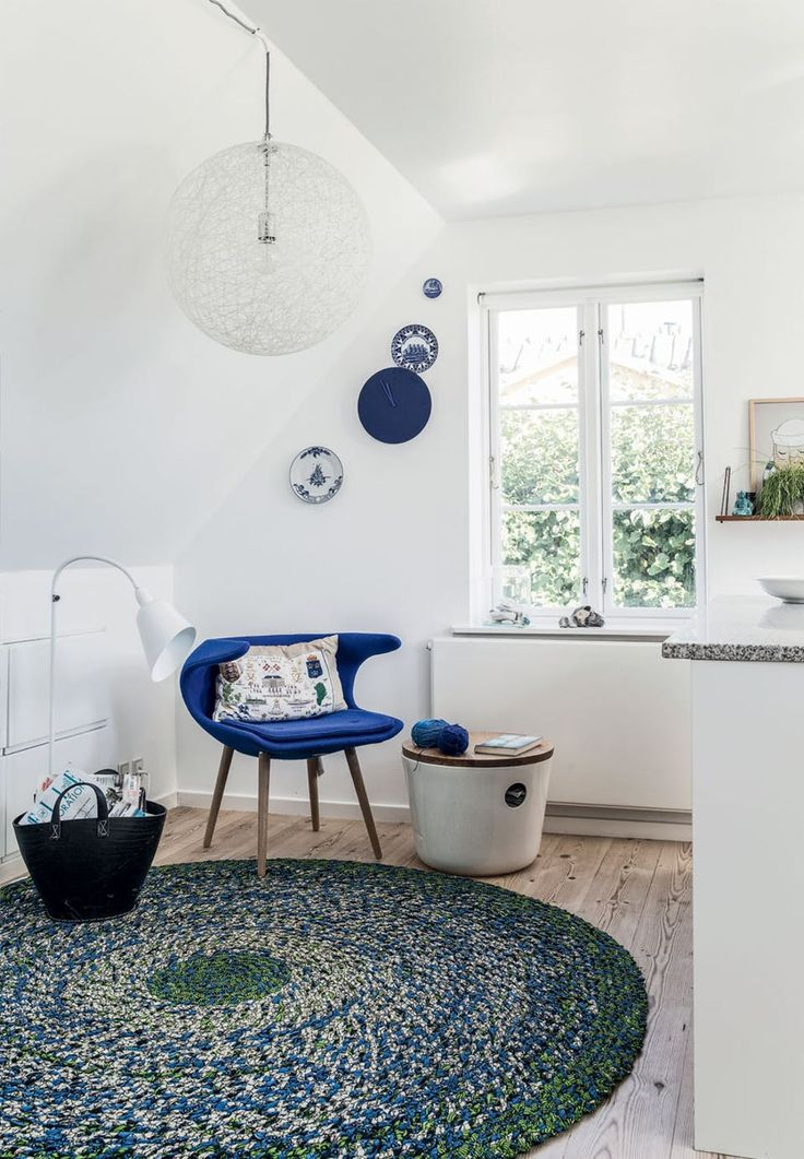 Cozy blue corner by the kitchen with a maritime touch.