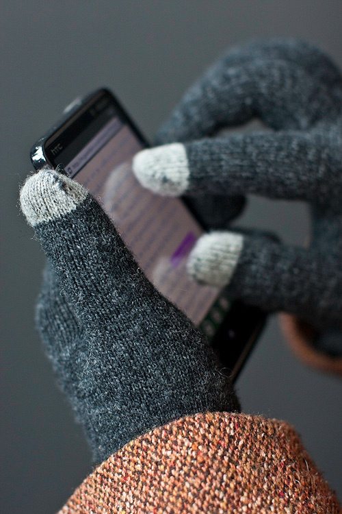 special thumb and index finger tips that let you use touch screens. $8.Touch Screens, Special Thumb, Special Fingertip, Gift Ideas, Fingers, Cell Phones, Tips, Iphone Gloves, Smart Gloves