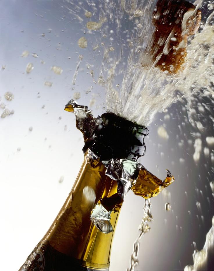 """Já fracassou na tentativa de abrir ou """"estourar"""" um espumante? Para ser bem sucedido, é preciso seguir alguns passos. Primeiro, retire a coifa, destorce a gaiola de arame e retire-a delicadamente, sem se esquecer de segurar a rolha com firmeza. Depois, é preciso segurar a rolha com uma mão e a garrafa com a outra e girar a garrafa (isso mesmo, não é pra girar a rolha!). Para finalizar com sucesso, empurre a rolha com a ajuda do polegar e voilà!"""