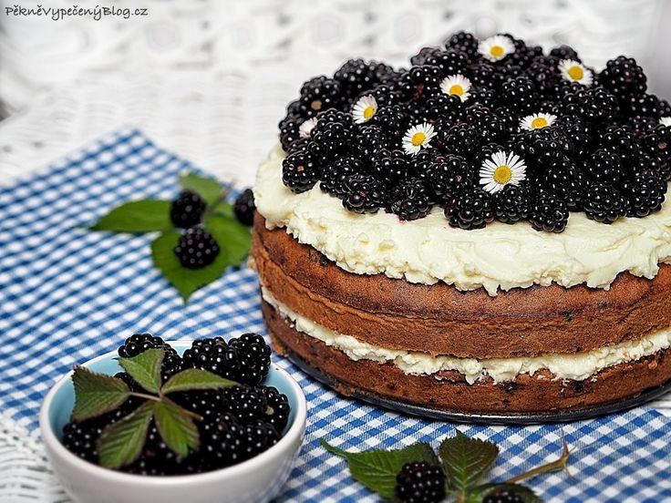 Cuketový dort s ostružinami