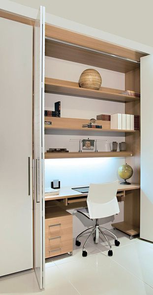 """Um home office """"embutido' na marcenaria do apartamento, resolve o problema de espaço e armazena todo o material necessário. (projeto não autoral)"""