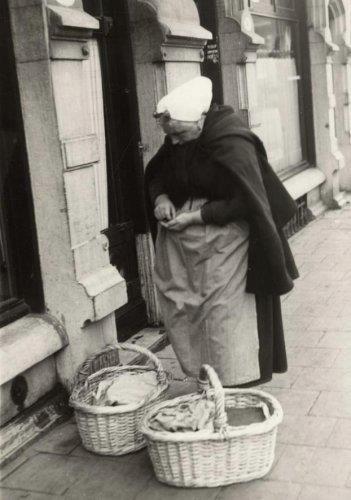 De mosselverkoopster aan huis. Tante Jans uit Scheveningen