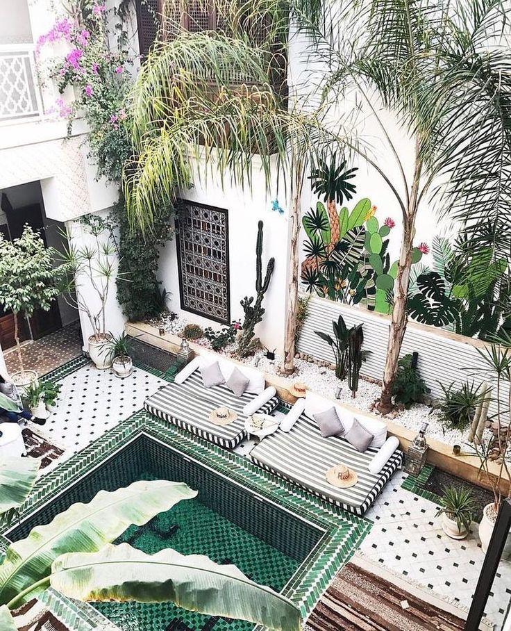 Un Espace Exterieur Imagine Comme Un Riad Avec Piscine Turquoise Et Canapes D Exterieur En Tissu Cosy Morocco Hotel Outdoor Backyard