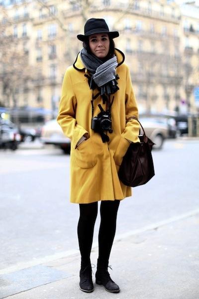 Streetstyle @ Parijs Fashion week.  We zien dat modeminnend Parijs opvallend vaak voor kleur kiest. Een opvallende kleur in een eye catching item, zoals een jas of een jurk. En dat zonder al teveel drukte en prints. www.garzia.nl