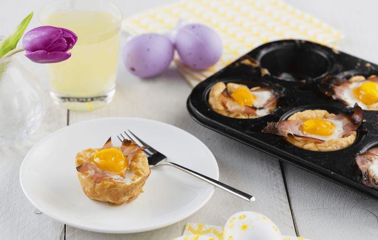 Het vertrouwde gekookte eitje bij het ontbijt, maar dan nog lekkerder. Gebakken in een plakje bladerdeeg met bacon.