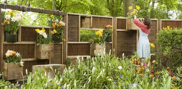 Schutting met invulbare vakken voor grote diversiteit aan planten en dieren. www.buurjongens.eu