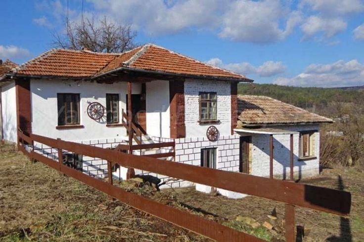 Huis (150m2) met 3 slaapkamers in Katselovo  Te koop: traditioneel Bulgaars huis met 3 slaapkamers in het dorp Katselovo. Dit huis is gelegen op de top van een heuvel in het dorp Katselovo, Ruse provincie in het centrale noorden van Bulgarije. Er zijn mooie uitzichten op het dorp en de heuvelachtige en bosrijke omgeving. De belangrijkste...