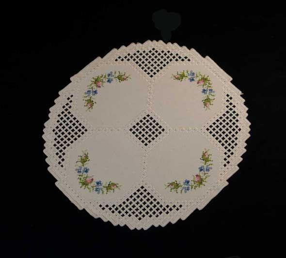 rundes Deckchen mit gestickten Blüten