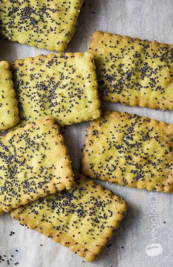 Biscotti salati ai semi di papavero 110 ml di acqua  100 g di farina di piselli  100 g di farina tipo 0  10 g di sale  5 g di cremor tartaro  2 cucchiai di olio extravergine di oliva  Semi di papavero a decorazione
