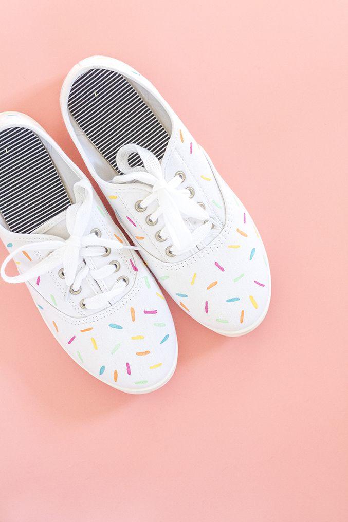 DIY Painted Sprinkles Shoes | #diy #craft #manualidad #manualitat #tutorial #shoes #deco #customize #zapatos #victoria #sabates