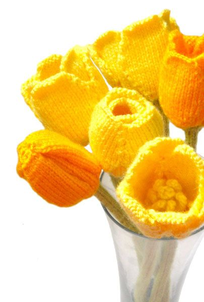 Knitted Tulips. Free pattern here: http://www.oddknit.com/patterns/flowers/tulips.html – seen on Pinterest, loved and repined by Craft-seller.com.