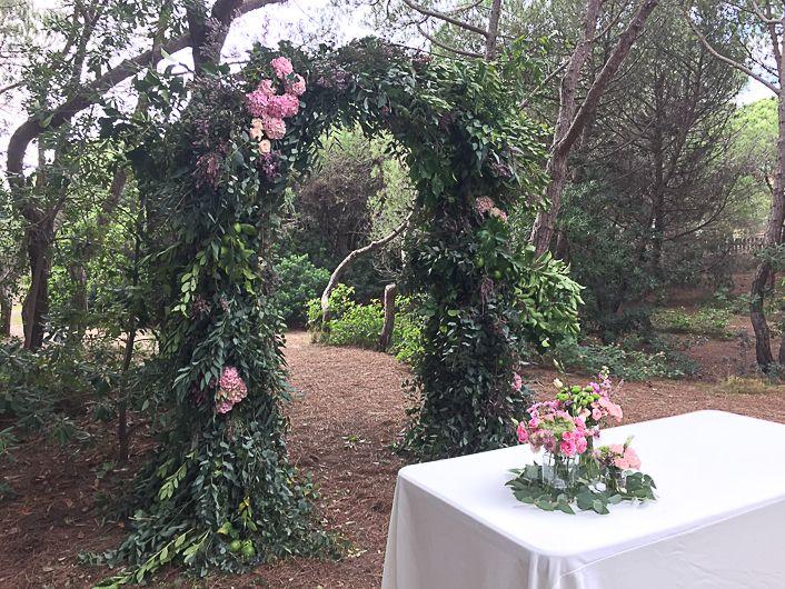 Green floral arch wedding. Arco de flores para boda en el bosque. Hydrangea, erika, eucaliptus, boj, hortensia.