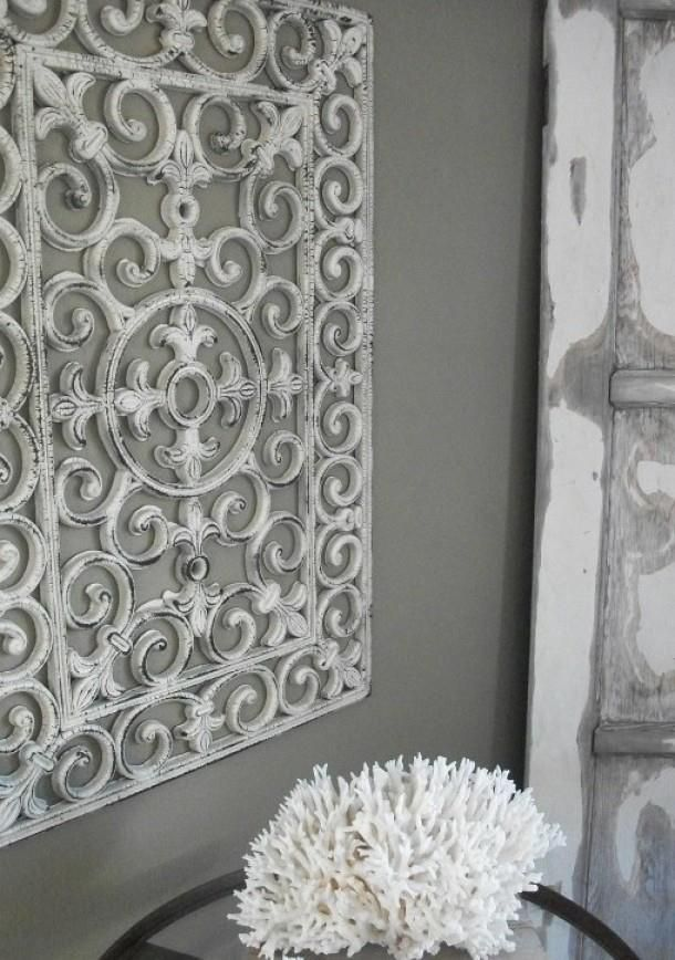 Het lijkt net een oud ornament van ijzer maar het is een rubberen deurmat met een likje verf.Geniaal.
