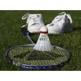 """Trousse Pharmacie Badminton Que peut il se passer lors d'un tournoi de Badminton ou un entrainement ? Une entorse, une tendinite, des coups, mais aussi un volant mal dirigé qui peut blesser l'oeil... Autant de """"petits bobos"""" qui perturbent la pratique de votre sport. Les pharmaciens MABOXSANTE ont créé pour vous la TROUSSE PHARMACIE BADMINTON avec ses 64 Produits."""