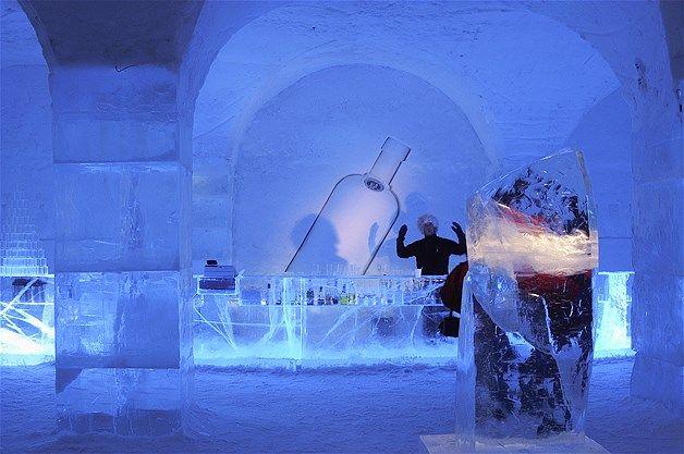 Bar de gelo Absolut em um hotel de gelo em Jukkasjarvi, na Suécia