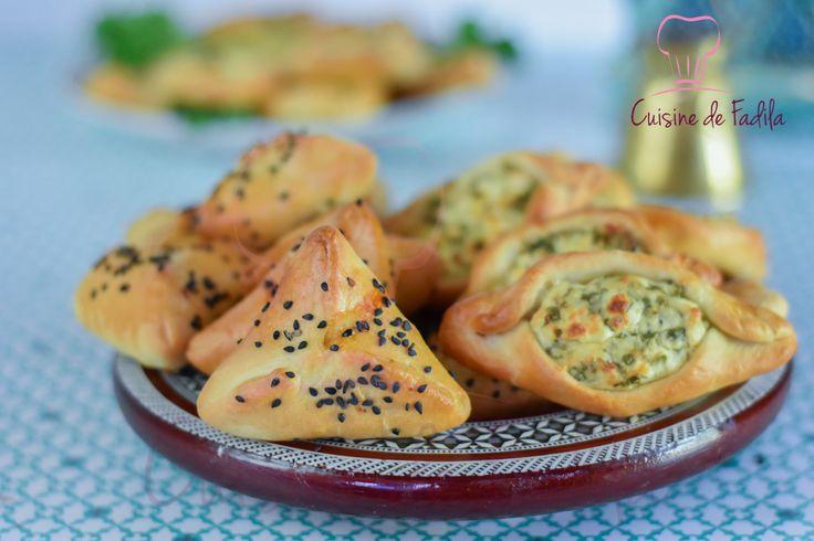 Fatayer fromage et fatayer viande hachée une spécialité Libanaise qu'on retrouve sous différente forme , garnis d'épinards, de fromage ou de viande hachée.
