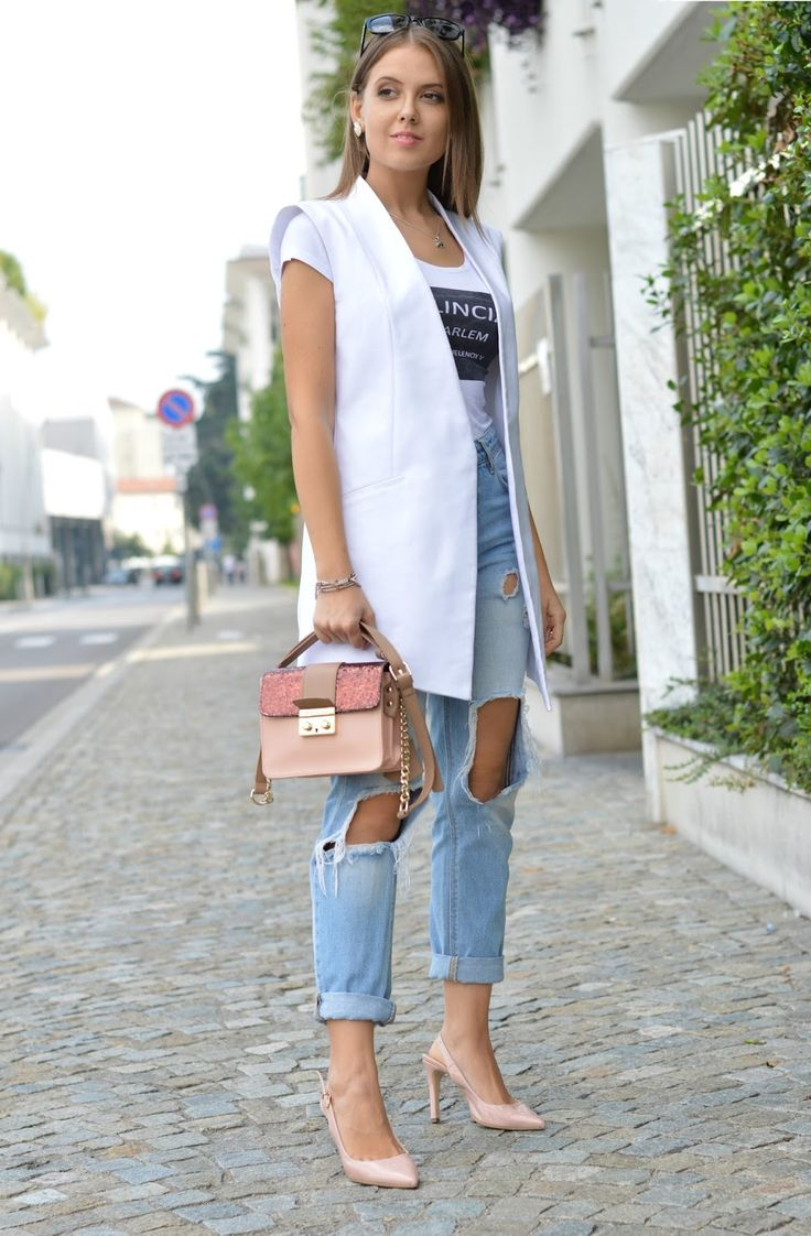 DESTROYED JEANS & GILET BIANCO #jeans #rippedjeans #vest #white #outfit #fashionblogger www.ellysa.it