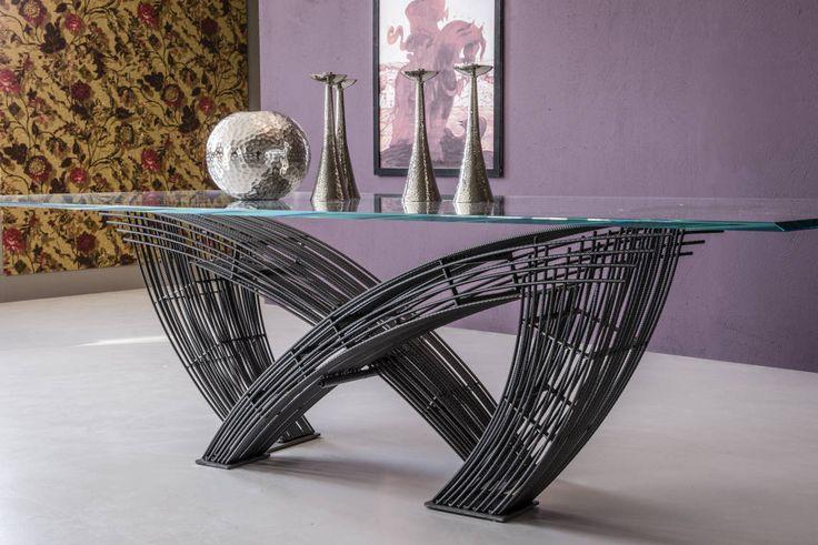 La splendido Tavolo Hystrix di Cattelan Italia composto da una base in tondini di metallo dallo stile industriale con piano di cristallo extrachiaro. Un tavolo da pranzo dall'eleganza industriale unica.
