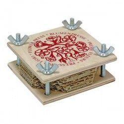 ♡Nic Bloemenpers middel-groot♡  Bloemenpers van 10x10 cm om bloemen in te persen en te drogen. De pers bestaat uit houten plankjes, lagen karton en vliespapier en wordt aangedraaid met schroeven. ~Nic~