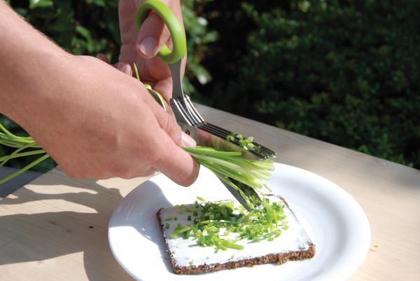 Ez a speciális olló segít a háziasszonyoknak a zöldségek, snidling, hagyma, saláta aprításában. Különlegessége, hogy a zöldségek jobban megtartják a zamatukat, mint mikor késsel vágjuk fel õket. Az ollónak 5 párhuzamos éle van.  A szett tartalmaz egy zöld, mûanyag tisztítót is.