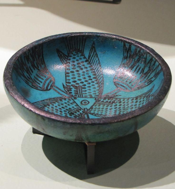Cuenco decorado con brotes de loto y tres peces con una cabeza (Imperio Nuevo).
