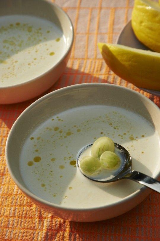 Kalte Mandelsuppe mit Trauben