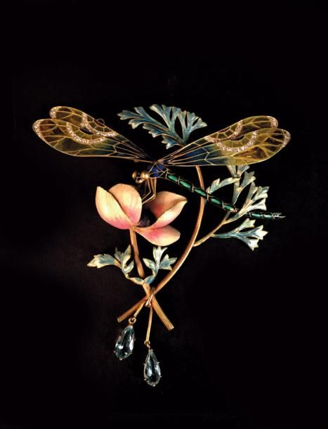 Henri Dubret (1872-1947), broche libellule, vers 1900, or, émail, diamants, aigues-marines en pendants, signée et numérotée, 10 x 9,5 cm, poids avec sa chaîne 45,8 g. Adjugé : 81 795 € Dijon, jeudi 9 mars. Sadde OVV.