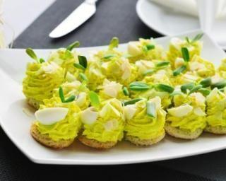 Bouchées fines à la crème d'avocat et aux œufs durs : http://www.fourchette-et-bikini.fr/recettes/recettes-minceur/bouchees-fines-la-creme-davocat-et-aux-oeufs-durs.html