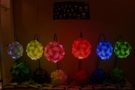 Una gamma de colores: blanco, amarillo, rosado, rojo, verde, verde limón, azul, lila.