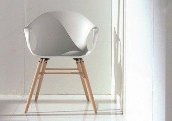 Chaise avec pieds en bois